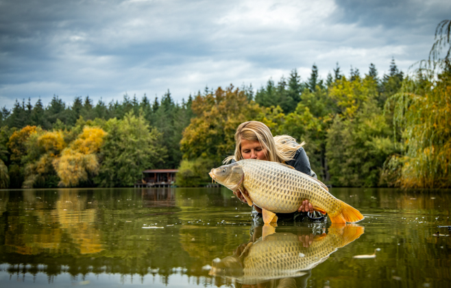 Autumn fishing holiday: carp fishing in France on Etang de Mont ...